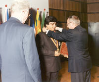 1995: 9. IFPMM (International Federation of Purchasing and Materials Management) Weltkongress (MATCON 95) - Verleihung der Ehrenmedaille an Ashok Sharma (Indien)